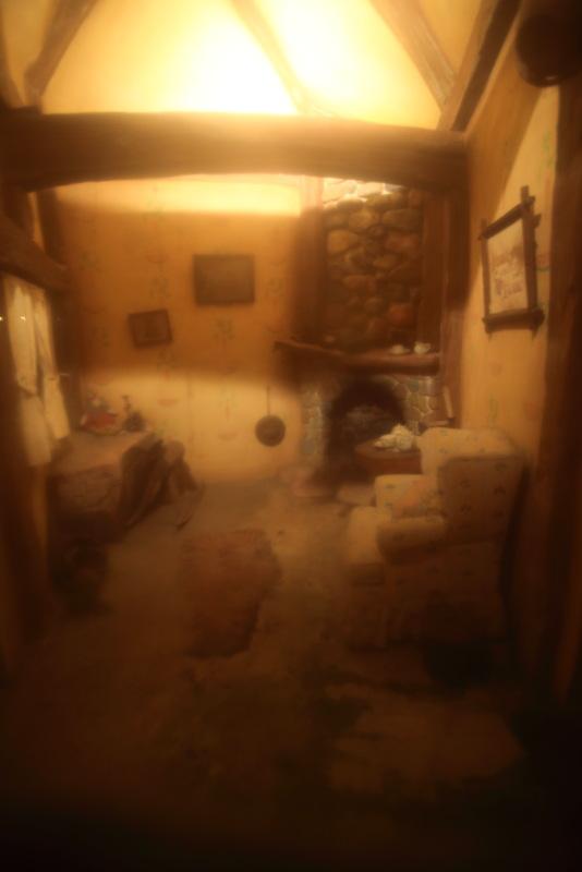 夜のミラベラおばさんの家の中
